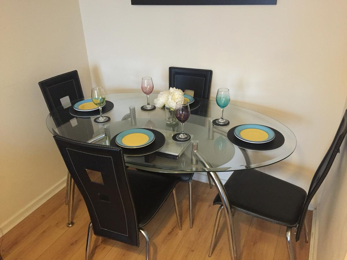 9 seater oval glass dining table and chairs in NE9 Tyne für 90,9 ...