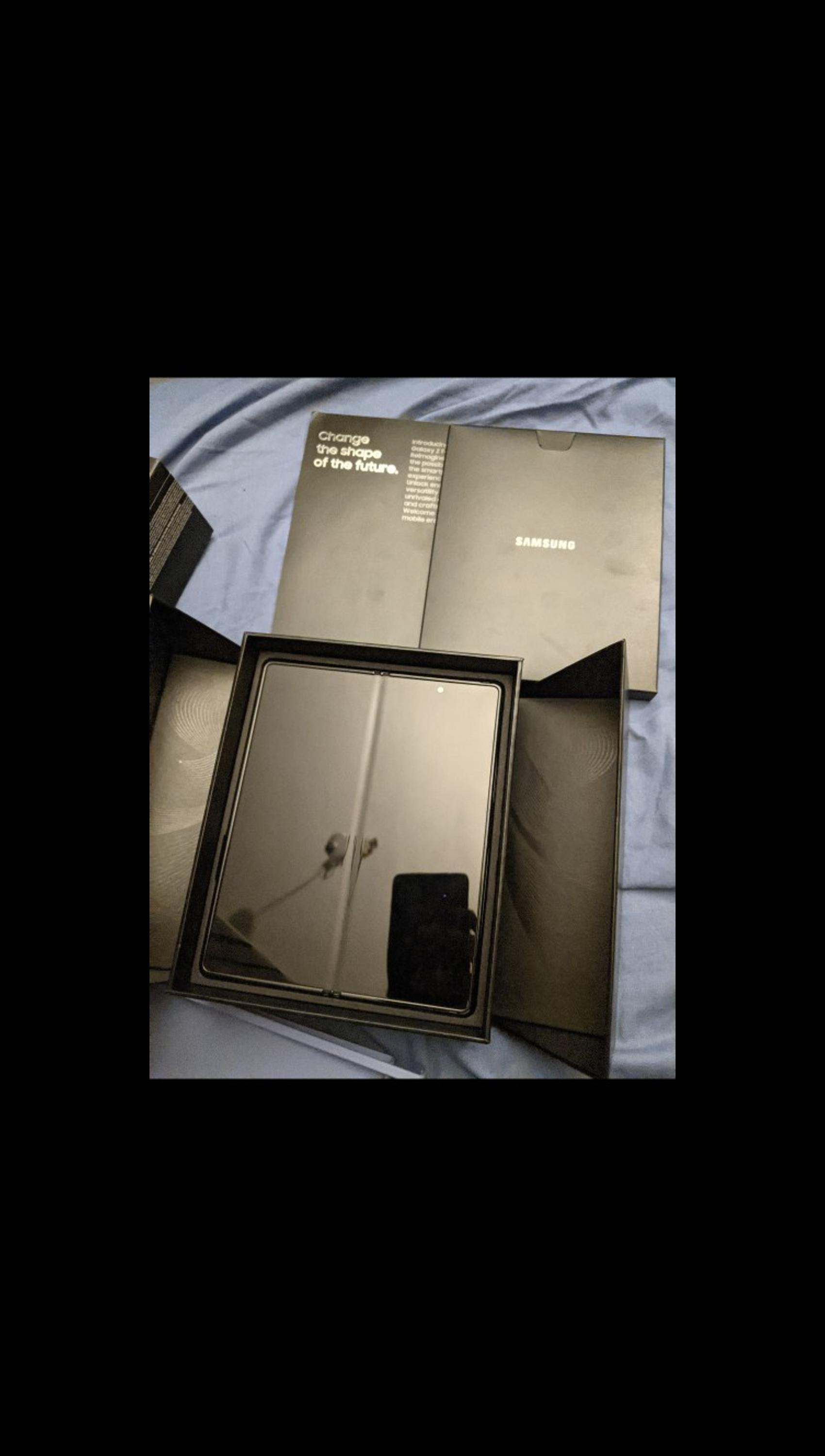 12gb ram 256gb Brand new in box only used 2 months. Payed 1599 for it from Samsung. No marks or scratches unlocked still got factory protectors on brand new. Very powerful device colour black. No postage no PayPal .this isn't a scam, cash on collection. sensible offers nothing stupid. and stop asking if it's available. if the ad is here it's available.
